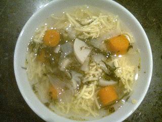 """Vegetarian """"chicken"""" soup with lokshn"""