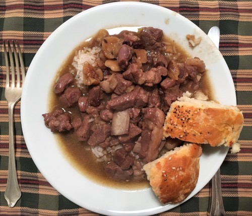 Kestaneli kuzu, served with rice and bread.